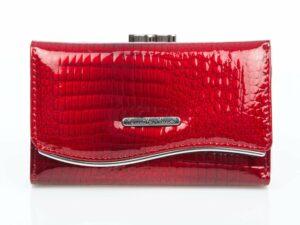 Lakierowany czerwony portfel damski z chromowaną blaszką Jennifer Jones